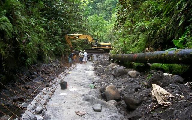 Réalisation d'une piste d'accès en enrochements percollés de béton au captage Titaaviri